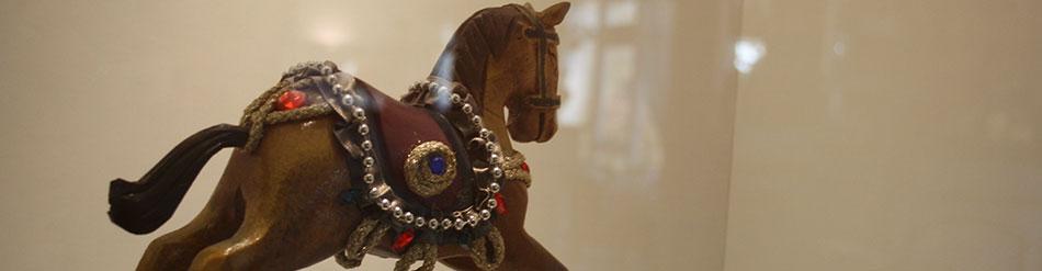 cheval bois jouet vitrine voisins le bretonneux